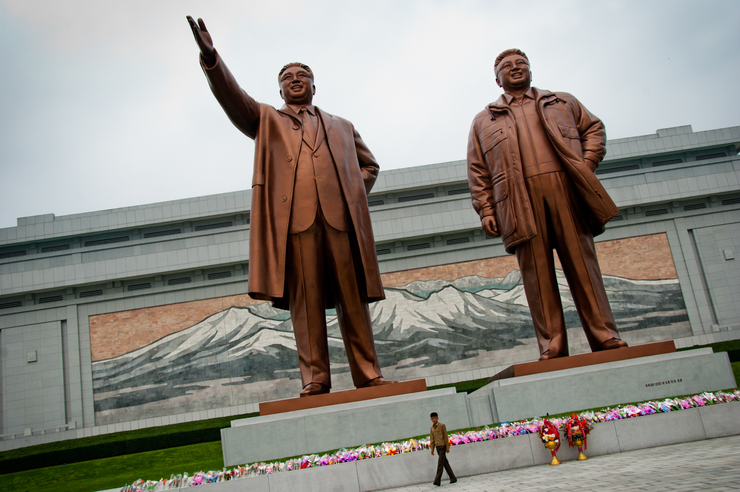 The famous Kim Il Sung statue that visitors are expected to bow to