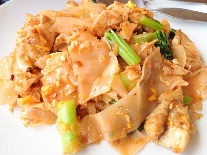 ผัดซีอิ๊ว Pad See Ew: stir-fried broad flat rice noodles in soy sauce