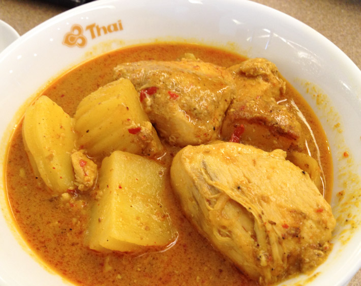 แกงมัสมั่น Chicken Massaman curry with potatoes: a dish of muslim origin from Southern Thailand