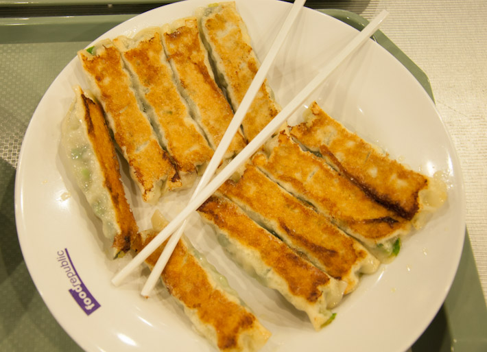Pan fried leek gyoza: if this is what fas food is all about in HK, them i'm in!