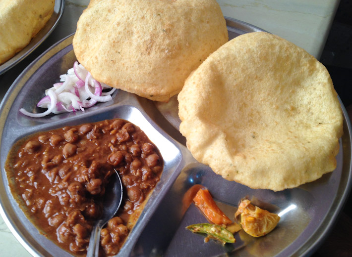 छोले भटूरे Chole Bhature: spicy chickpeas and with fried dough, typically from the Indian state of Punjab