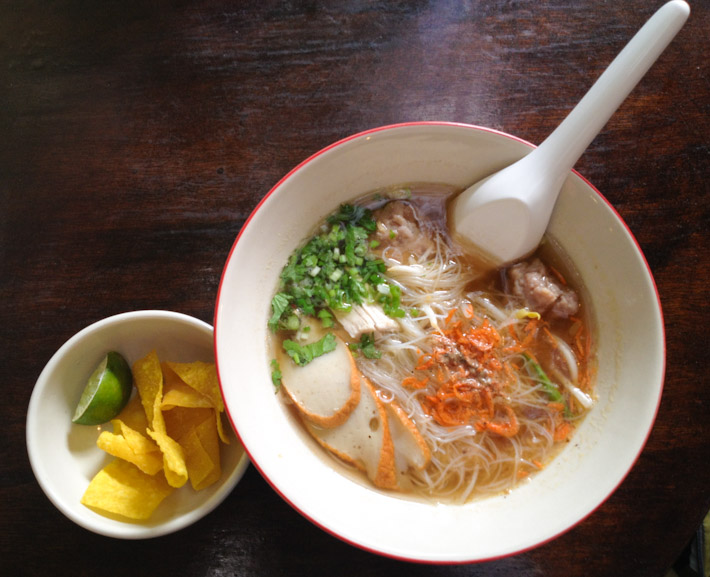 Noodle soup with pork meatballs and slices processed pork balls. Crispy fried batter on the side, to dip in and enjoy!