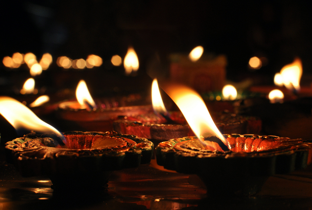 Diyas: traditional Diwali lights (source: http://bit.ly/1aov79O)