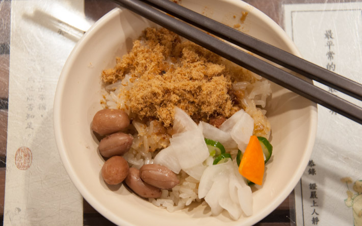 Tainan Migao: sticky rice, fish floss, peanuts and vegetable pickles. A very representative dish from the city of Tainan, the so-called culinary capital of Taiwan.