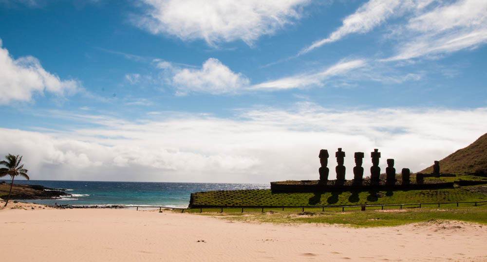 An interesting scene, Moai and the Ocean