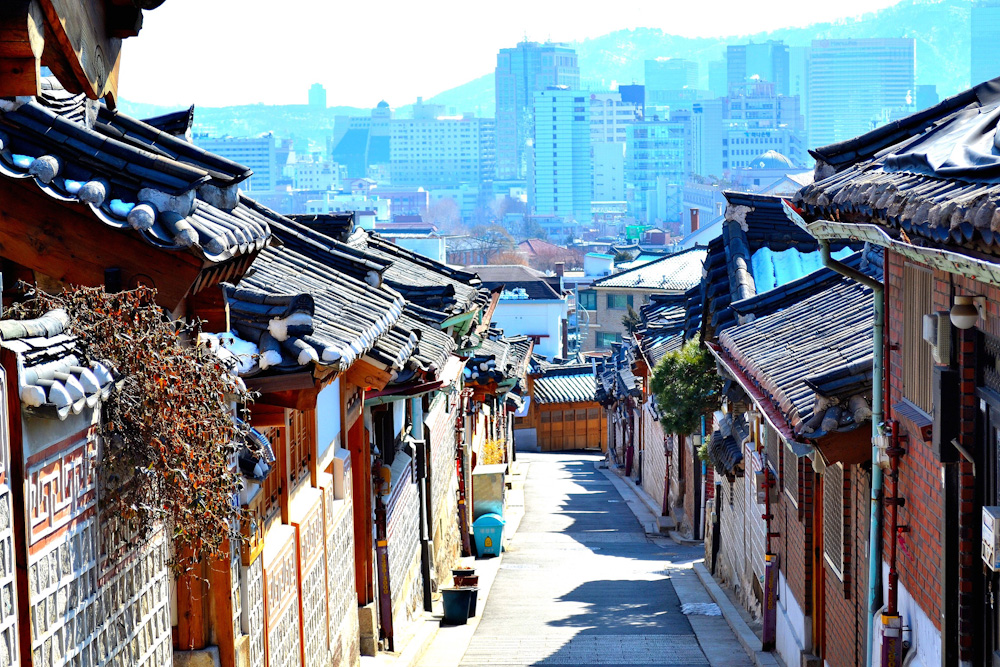 Bukchon Hanok Village in Seoul. Photo by Penmerahpenbiru: http://bit.ly/2gV4Jki