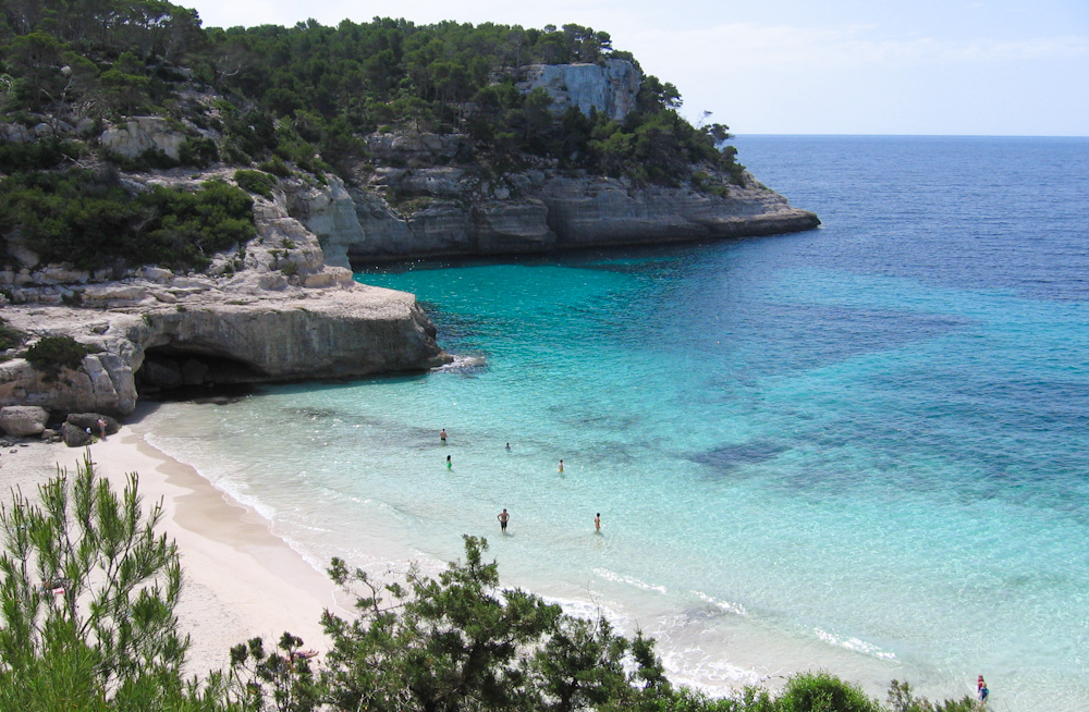 Cala Mitjana. Photo by Panoramio on Wikimedia Commons