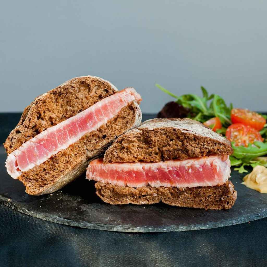 Prego de Atum / Tuna steak sandwich