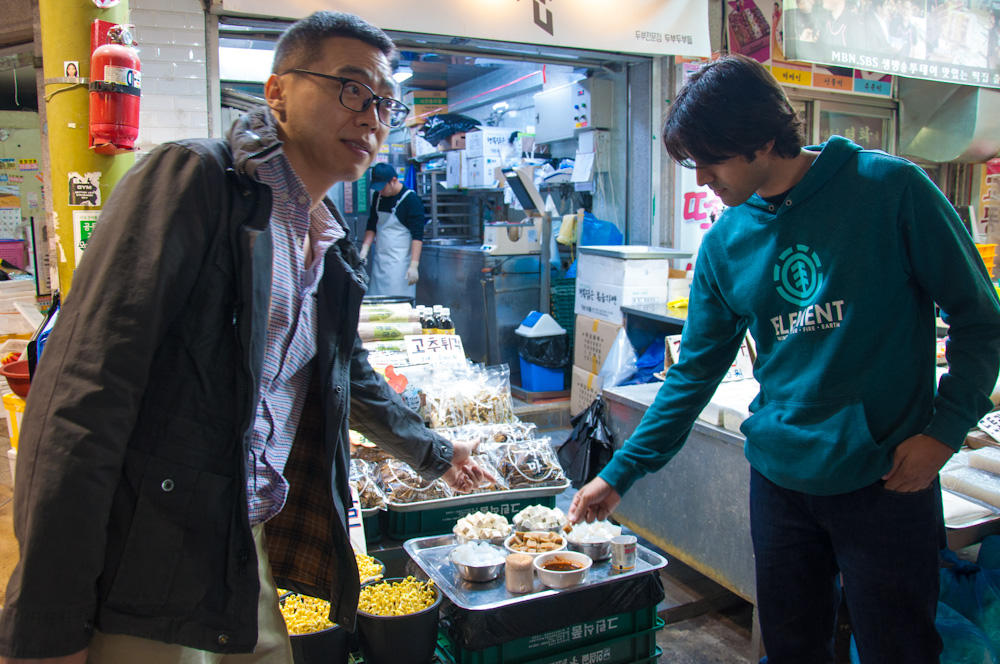 Trying dotori-muk (acorn jelly) during the Market Tour