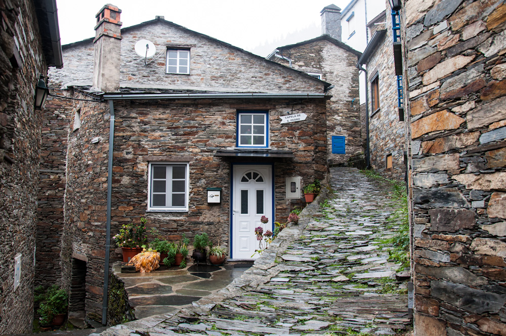 In Piódão, both the houses and the steep narrow streets are customarily made of schist.