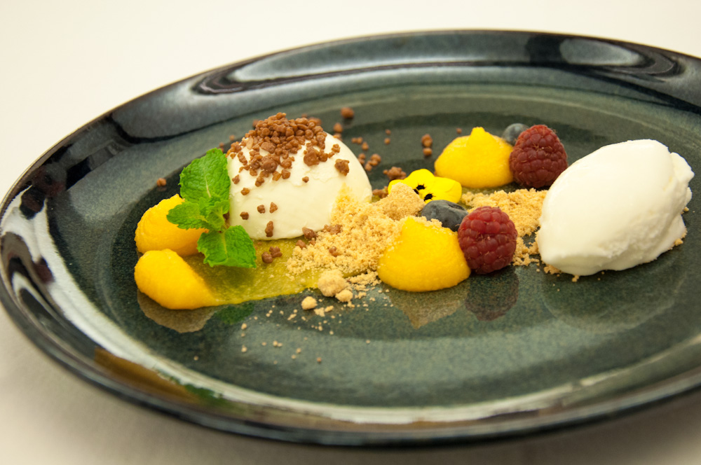 Modern dessert creation at Salpoente, incorporating typical Portuguese sweets such as rice pudding and ovosmoles.